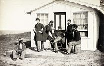 Five Civil War soldiers gathered on dirt porch outside home von American Photographer