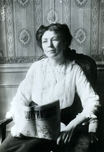 Christabel Pankhurst reading a copy of 'The Suffragette' c.1905-14 von English Photographer