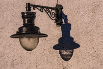 Lamp and shadow on the side of Meall House, Portree, Isle of Skye von Bruce Parker