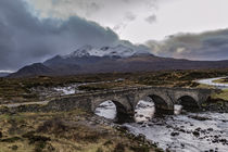Snowcapped Cuillin Hills over the old bridge at Sligachan von Bruce Parker