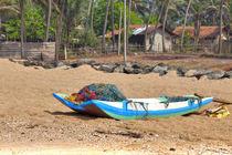 Ein Katamaran liegt am Strand des Indischen Ozeans auf der tropischen Insel Sri Lanka by Gina Koch