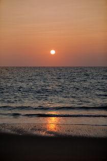 Herrlicher Sonnenuntergang über dem Indischen Ozean bei der Küstenstadt Marawila auf der tropischen Insel Sri Lanka  von Gina Koch