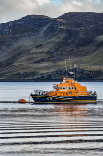Portree lifeboat, RNLB Stanley Watson Barker, anchored in Portree Harbour von Bruce Parker