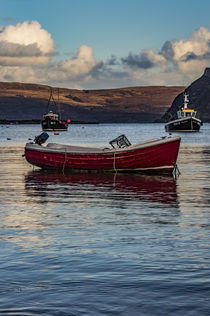 Small dinghy with outboard motor anchored in Portree Harbour, Isle of Scotland von Bruce Parker