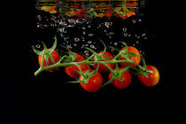 Tomatenrispe auf schwarz by peter backens