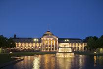 Kurhaus bei Abenddämmerung, Wiesbaden, Hessen, Deutschland by Torsten Krüger