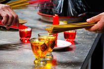 Stäbchen anzünden im Tempel von ann-foto