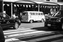 VW bus in tokyo city von Mirko Lehne