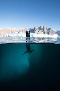 Taucher an Eisberg, Diver goes down at Iceberg von Alexander Kassler