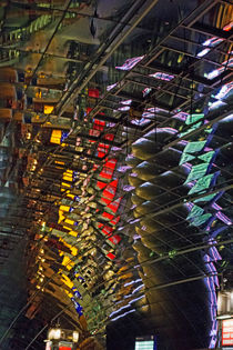 Spiegelungen im Deckengewölbe, Frankfurt Fernbahnhof von Hartmut Binder