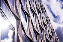 Spiegelungen an Gebäudekomplex von Susi Stark