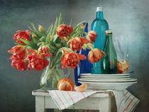 Orange Tulpen und blaue Flaschen by Nikolay Panov