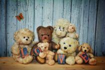 Teddy ́s Gruppenbild by Claudia Evans