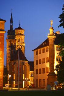 Stuttgart: Stiftskirche mit Merkursaeule  bei Abenddaemmerung by Torsten Krüger