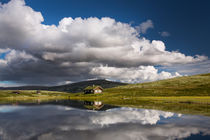 Huts on lake in landscape of Norway von Bastian Linder