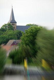 Kirche im Dorf lassen von Edmond Marinkovic
