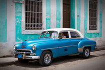 Blue old car in front of blue house, Cuba von Bastian Linder