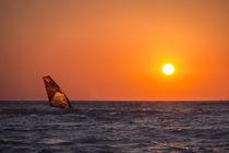 Windsurfing during sunset on sea von Bastian Linder