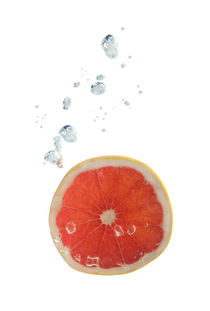 Grapefruit in water with air bubbles von Bastian Linder