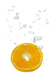 Orange in water with air bubbles von Bastian Linder