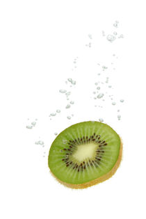 Kiwi fruit in water with air bubbles von Bastian Linder