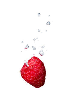 Raspberry in water with air bubbles von Bastian Linder