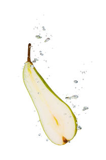 Pear in water with air bubbles von Bastian Linder