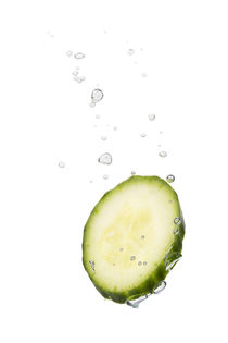 Cucumber in water with air bubbles von Bastian Linder