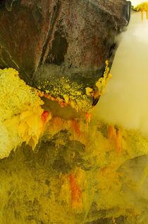 Crystal of sulfur in mine inside Ijen volcano von Bastian Linder