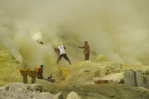 Workers mining sulfur inside volcano Ijen von Bastian Linder