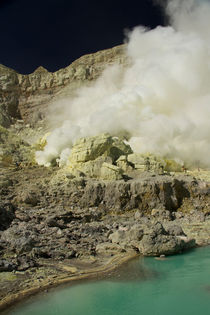 Yellow sulfur mine with blue lake inside volcano, Ijen Plateau von Bastian Linder
