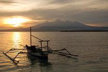 Sonnenaufgang über Vulkan Rinjani mit Fischerboot, Lombok von Bastian Linder