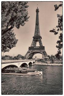 Tourist boat on Seine in front of Eiffel Tower in Paris von Bastian Linder