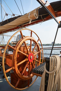 Steuerrad eines Segelschiffes by sven-fuchs-fotografie