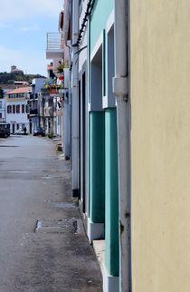 Horta Hafenpromenade mit grünem Haus  by art-dellas