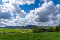 Wolken ziehen über die Landschaft im Frühling by Ronald Nickel