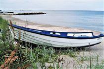 kleines Boot am Strand von assy