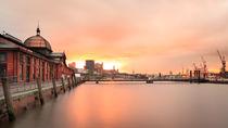 Hamburger Fischauktionshalle im Sonnenaufgang von Pascal Betke