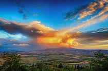 Beleuchtete Wolken über dem Monte Amiata bei Pienza, Toskana, Italien von Klaus Rünagel