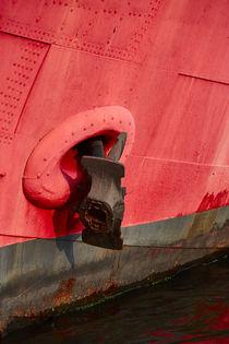 Roter Schiffbug mit Anker von sven-fuchs-fotografie