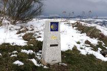 Wegweiser nach Santiago de Compostela in Galicien im Schnee von ralf werner froelich