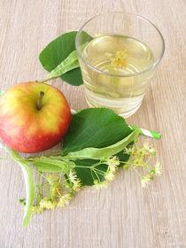 Frisch gemachte Limonade mit Lindenblüten und Apfelsaft von Heike Rau