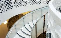 Einladung: Schwebe hinab, eile hinauf. Freitreppe in der Tate Gallery London. by Hartmut Binder