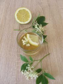 Limonade mit frischen Holunderblüten und Zitrone von Heike Rau