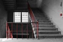 Treppe mit rotem Geländer von André Schuckert