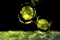 gelbe Blumen im Wasserball von Stefanie Keller