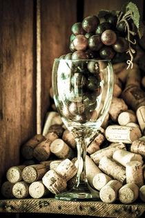 Wine and grapes von freudexplicabh