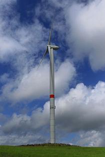 Das Windrad vor dem Wolkenhimmel by Bernhard Kaiser