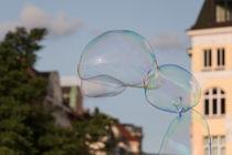 Seifenblasen am Hafen in Hamburg by Karsten Bergmann
