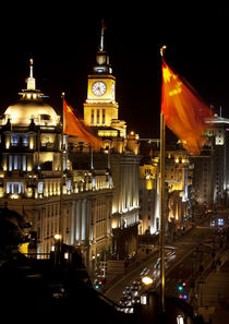 Shanghai Bund at Night China Flags Cars von Danita Delimont